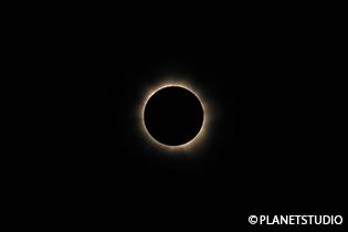 神秘的な皆既日食。地球の不思議を感じることができる貴重な体験だ