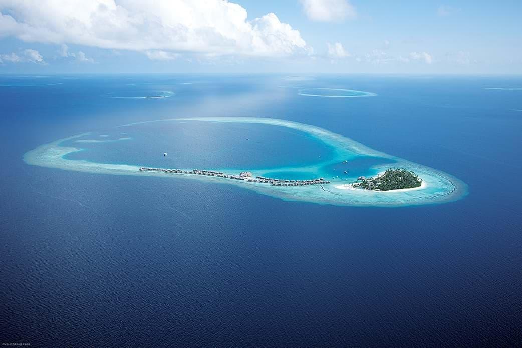 息をのむ美しさに言葉を失う、モルディブの海と島。 《コンスタンス ハラヴェリ モルディブ》空撮