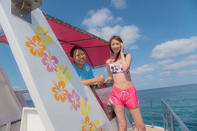 今回、鈴菜さん(写真右)もお世話になったチーフインストラクターの金井愛里さん(写真左)。《マリンサービスやーるーや》スタッフはみんな底抜けに明るくホスピタリティも満点!