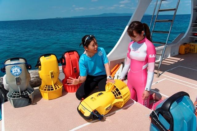 水中スクーターに初挑戦の鈴菜さん。《マリンサービスやーるーや》土屋あかりさんのレクチャーのあと、早速海へ!