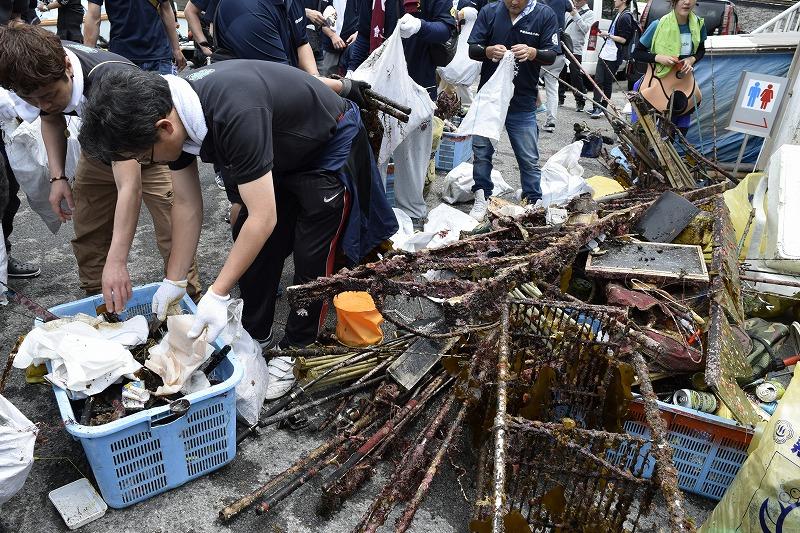 集められたゴミは地元ボランティアの皆さんがテキパキと分別。