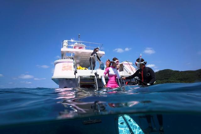 同店ならではの、スノーケリングに特化したこだわりの専用船。後部ラダーは乗り降りがしやすく、ジェット推進船なので、プロペラ船では行けない浅場のサンゴ礁にもアクセスできる!