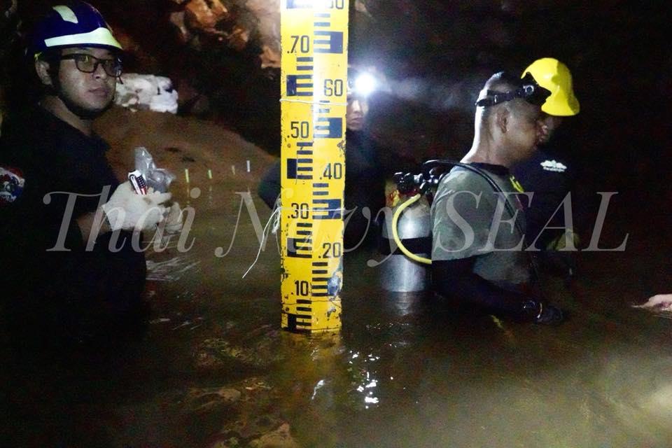 洞窟内の捜索に乗り出した部隊 Royal Thai Navy SealsのFacebookより引用