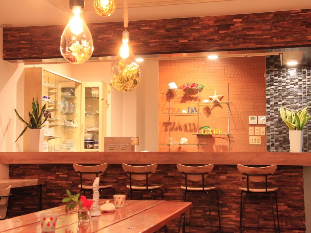 リゾート感満載のカフェでボリュームたっぷりのピザ、手作りソースのパスタ、自慢の「宮古牛ティダバーガー」を味わえる!