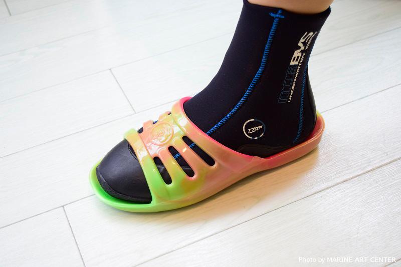 スリッパタイプの「ホヌギョサン」なら、靴下やブーツを履いていてもいつでもしっかり足にフィットする