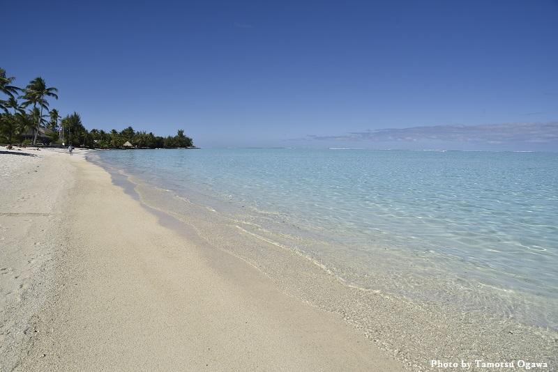ソーダブルーが美しい タヒチ・ボラボラ島のマティラビーチ
