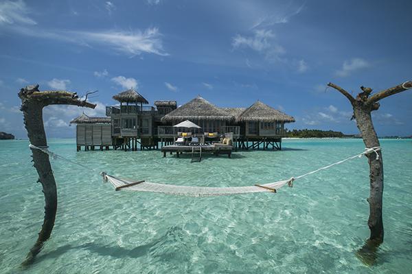 45棟ある客室すべてがスイート仕様で海の上のヴィラ。写真はボートでしか行けないクルーソーレジデンス。 テラス前に用意された専用ハンモックも海の上!  Photo by Gili Lankanfushi