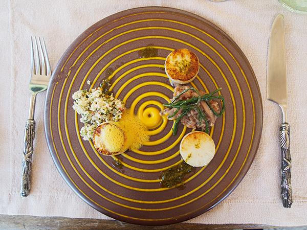 ホタテの貝柱に見立てたダイコンにカリフラワーやクスクス、シイタケなどを混ぜ込んだソースなどをかけていただく前菜。