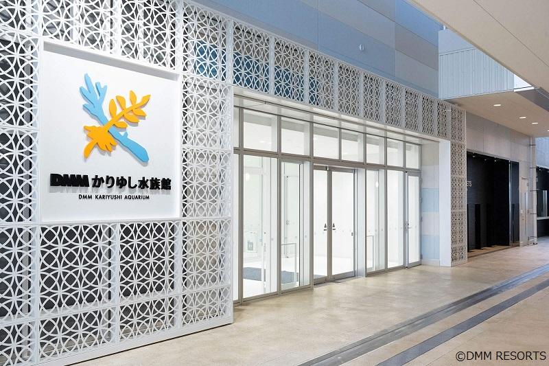 沖縄の県花「デイゴ」と美しい海を想像させる「珊瑚」を支え合うように重ね合わせ、「かりゆし」の頭文字「K」を表現したロゴが目印
