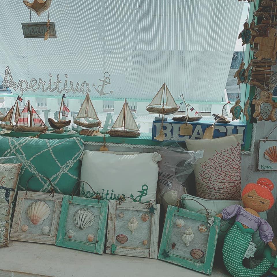 写真は「海雑貨&BAR Aperitivo」 素敵な雑貨が並びます