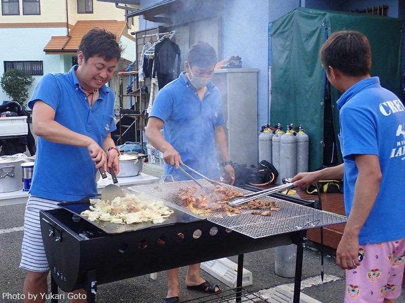 BBQナイトでせっせと肉や野菜、焼きそばなどを焼いて調理してくれる《神子元ハンマーズ》のスタッフ陣