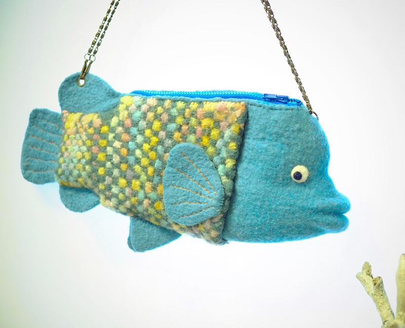 妖毛thetheさんのナポレオンフィッシュバッグ。色合いが素敵……!