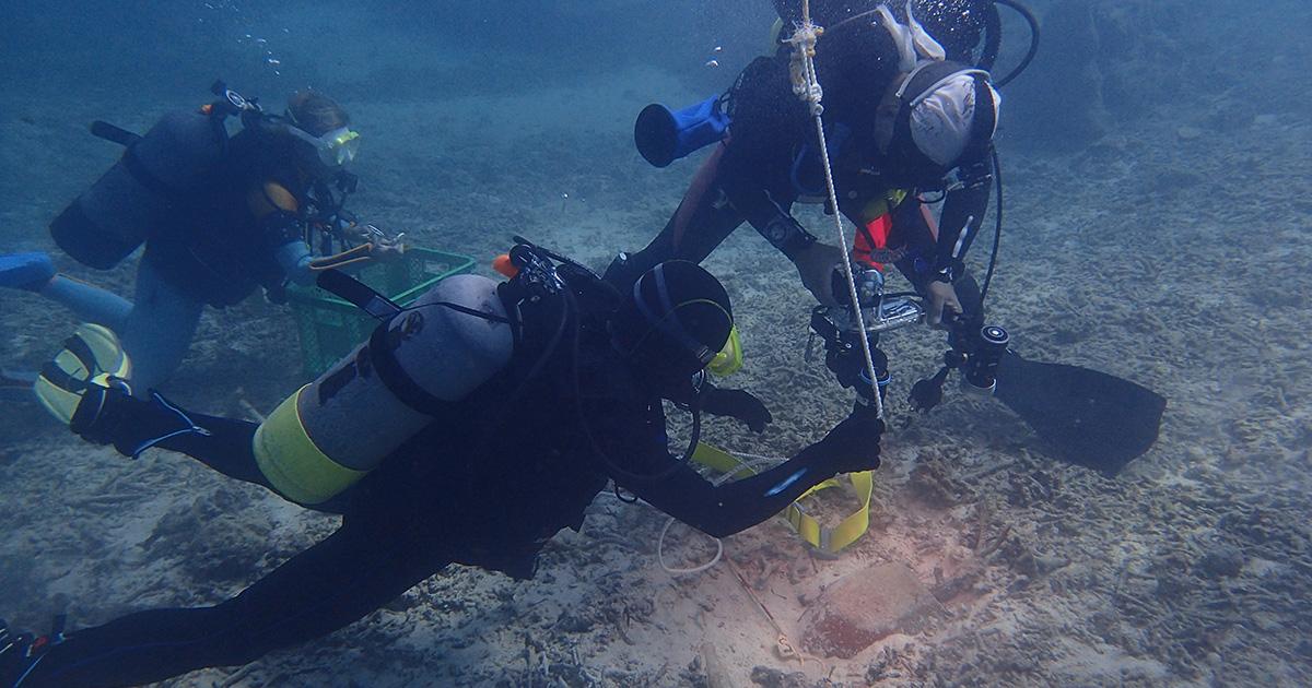 沖縄本島恩納村沖の海底調査で約300年前の琉球王朝の甕を発見!