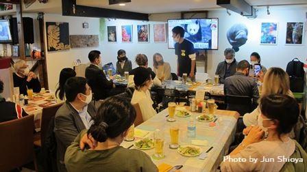 一席ずつ空けた状態でスタンバイ! 川坂さんの挨拶からスタートです