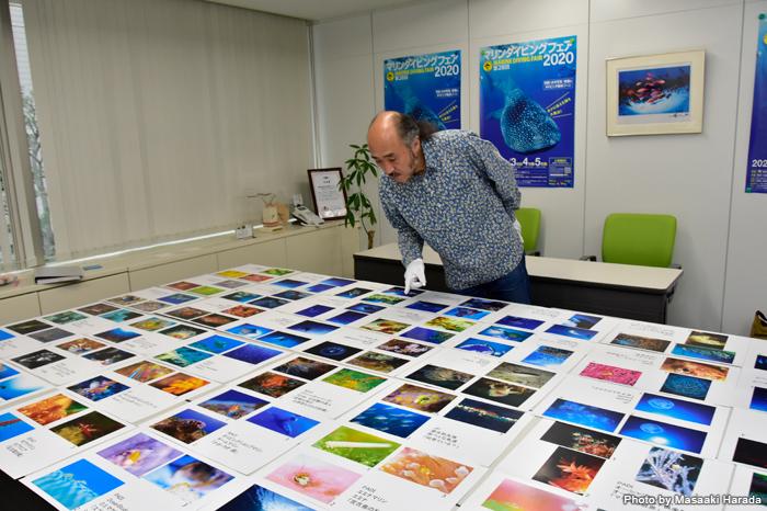 「地球の海フォトコンテスト2020」ショップ部門の審査風景。日本全国の各ショップから寄せられた力作の数々が並びます