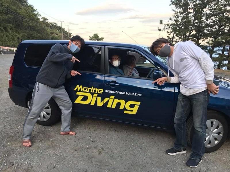 取材に行った時に、《スキューバプロショップ》のかっしーこと柏崎洋介さん(右)とたーちゃんこと山口敬大さん(左)が編集部の車とともに記念撮影をしてくださいました♪ ありがとうございました~♡