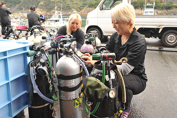 テクニカルダイビングの器材を準備するSUZUKI SISTERS