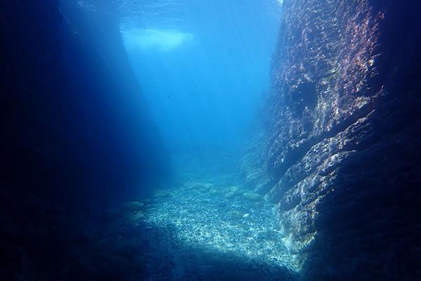 海底火山の噴火によってできた小値賀島は水中の地形もダイナミック