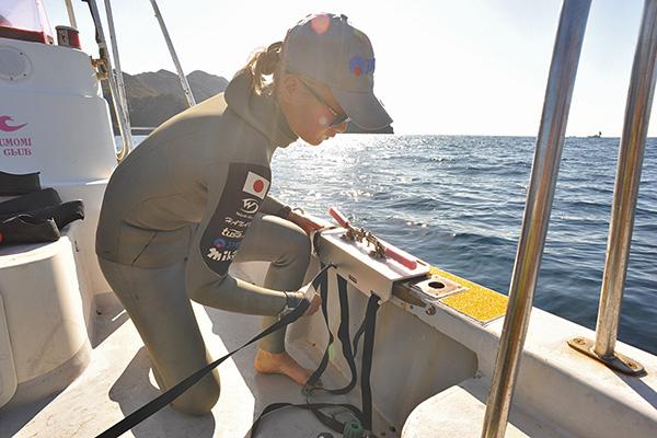ボートにカウンターバランスを設置するHANAKO(廣瀬花子さん)