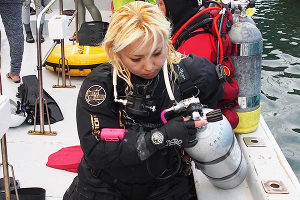 テクニカルダイビングチームは、器材の最後のチェックSISTERS