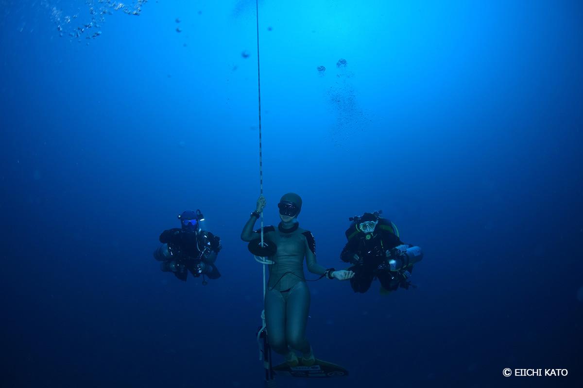 水深50mでフリーダイバーとテクニカルダイバーが共演!