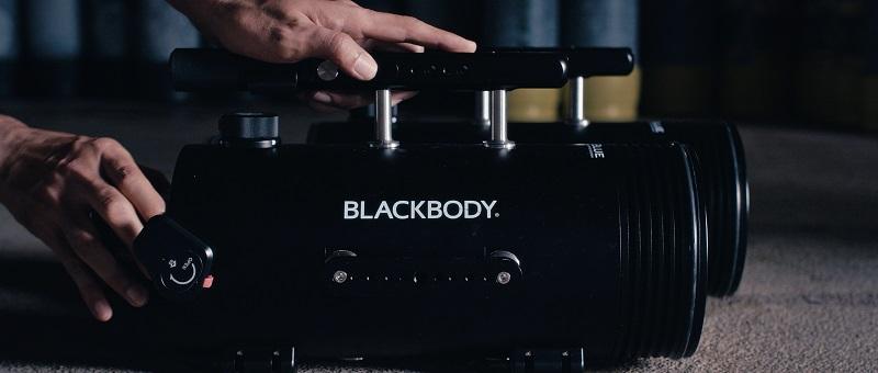 作中には《RGBlue》の大光量水中ライト「BLACKBODY / ブラックボディー」も登場