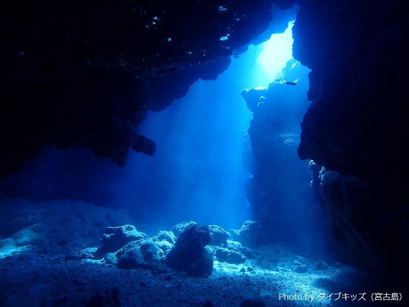 夏は陽射しが強くなるので、洞窟に射し込む光が鋭く、強く、絵になる